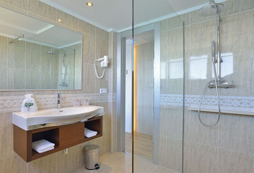 Bathroom فندق Intertur Hawaii Ibiza سان أنطونى دى بورتمانى