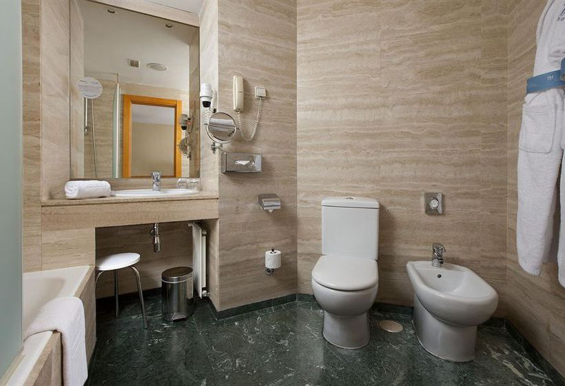 Bathroom فندق Leonardo Madrid City Center مدريد