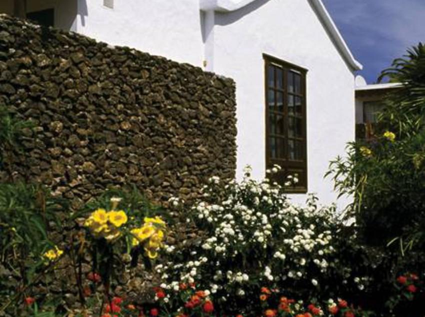 Bungalows casas del sol playa blanca partir de 31 for Bungalows jardin del sol
