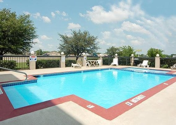 H tel econo lodge inn suites greenville greenville les for Club piscine hunt club
