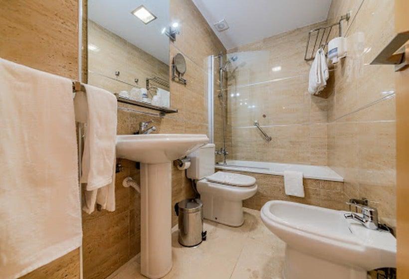 Bathroom Loto Conil Hotel Apartamentos Conil de la Frontera