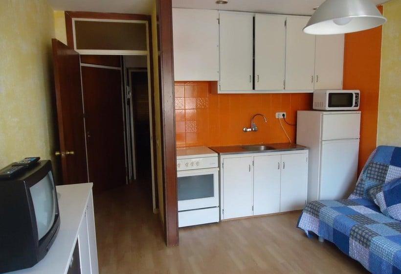 apartamentos calafats in lloret de mar ab 18 destinia. Black Bedroom Furniture Sets. Home Design Ideas